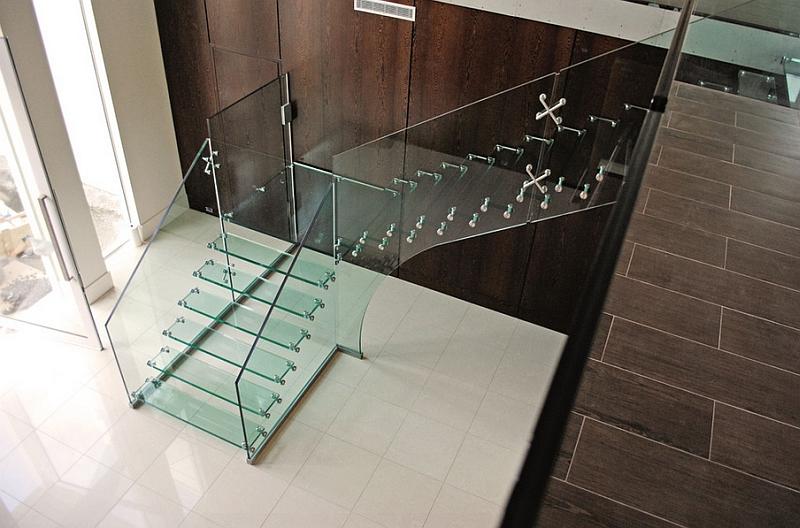 Añade un toque de estilo a tu hogar con una escalera de vidrio